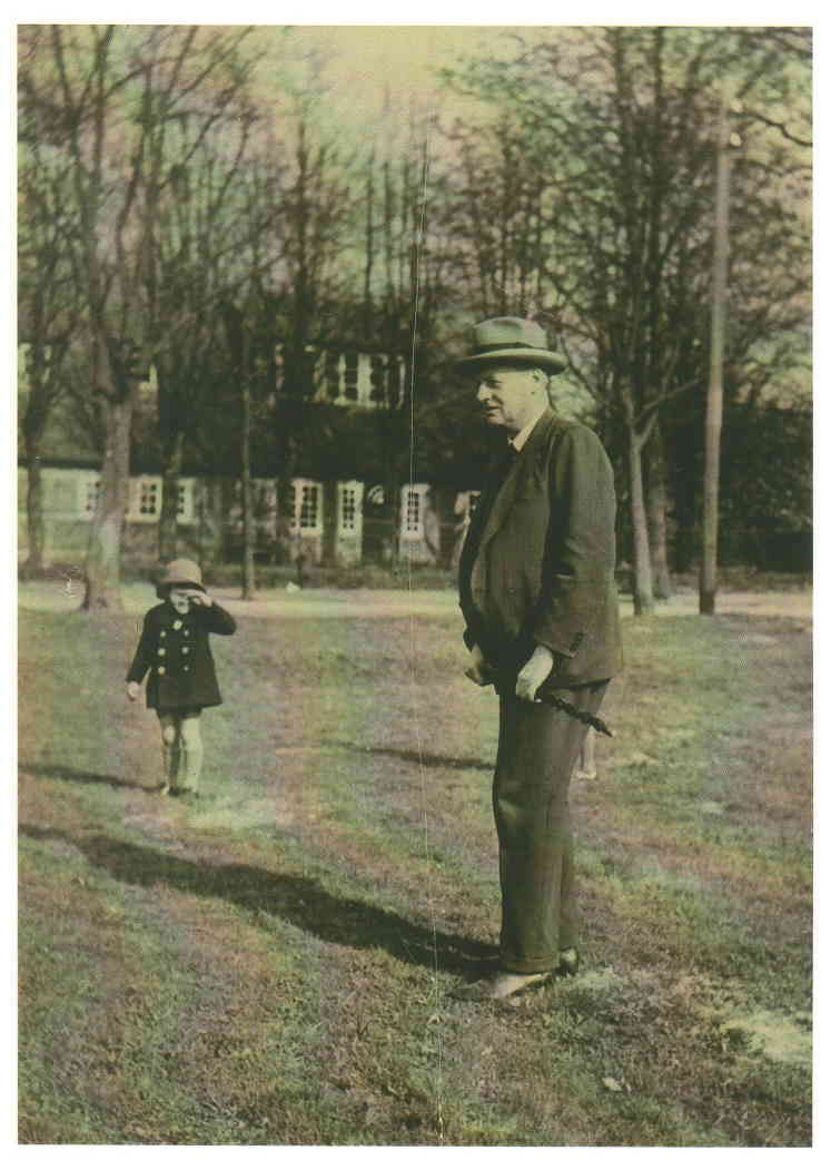 The Hamburg professor and institute director in front of his house in Hamburg-Ohlstedt with his adopted daughter Brigitte in the 2nd half of the 1920s © Private collection.